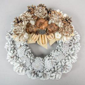Díszített fehér toboz koszorú 30 cm